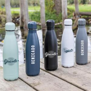 Plusieurs bouteilles isotherme alignées